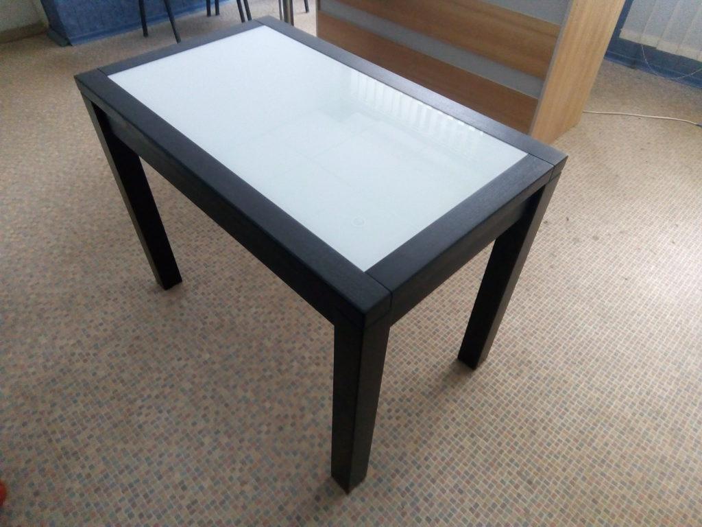 Стол из ясеня и стеклянной вставкой